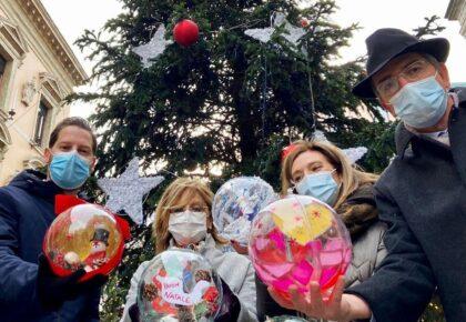 Passa a vedere le palline natalizie realizzate dai bambini ospiti della Pediatria